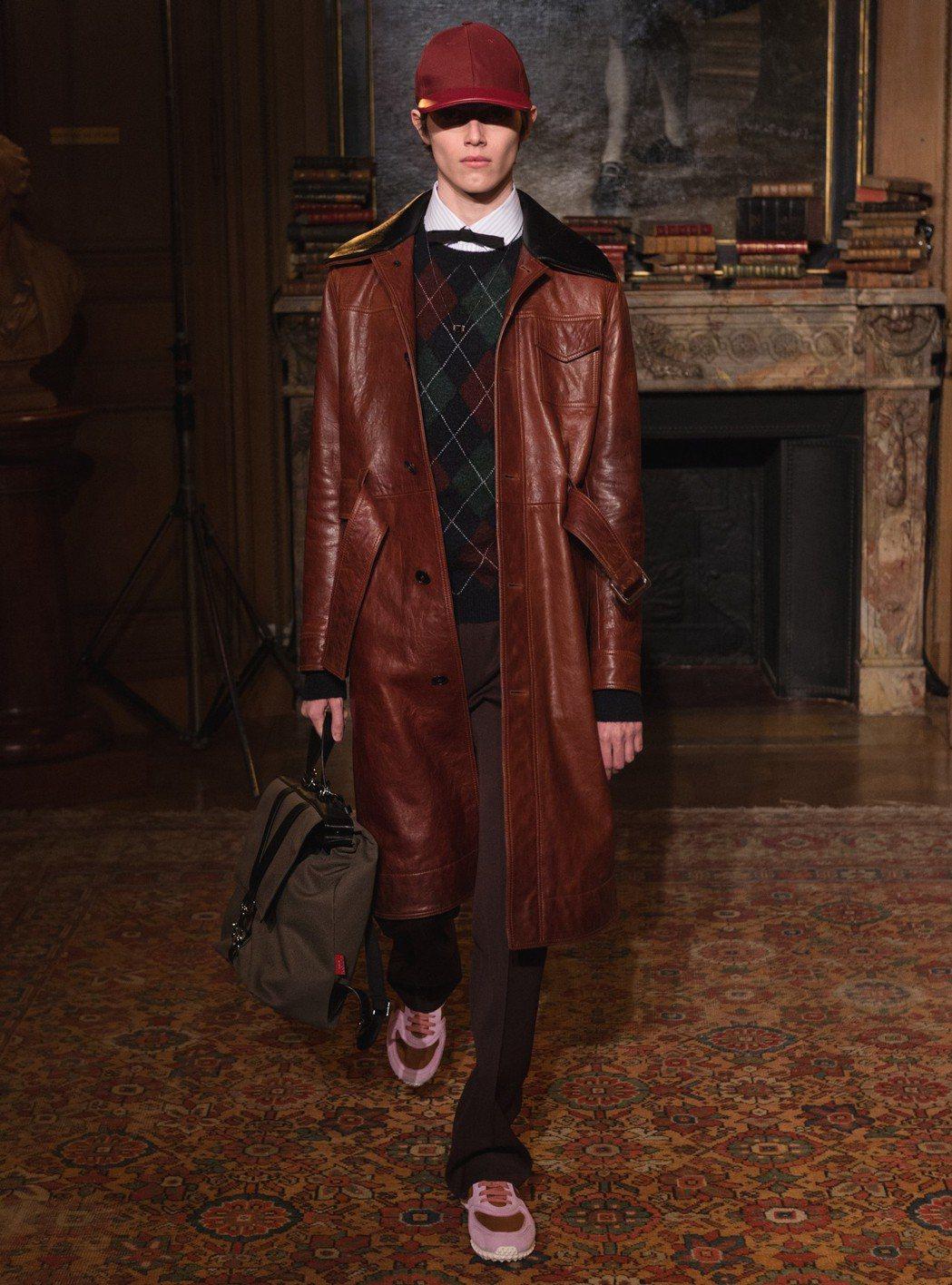 皮革大衣本身是造型感強的單品,不妨以具份量感的鍊帶表款取得平衡。圖/Valent...