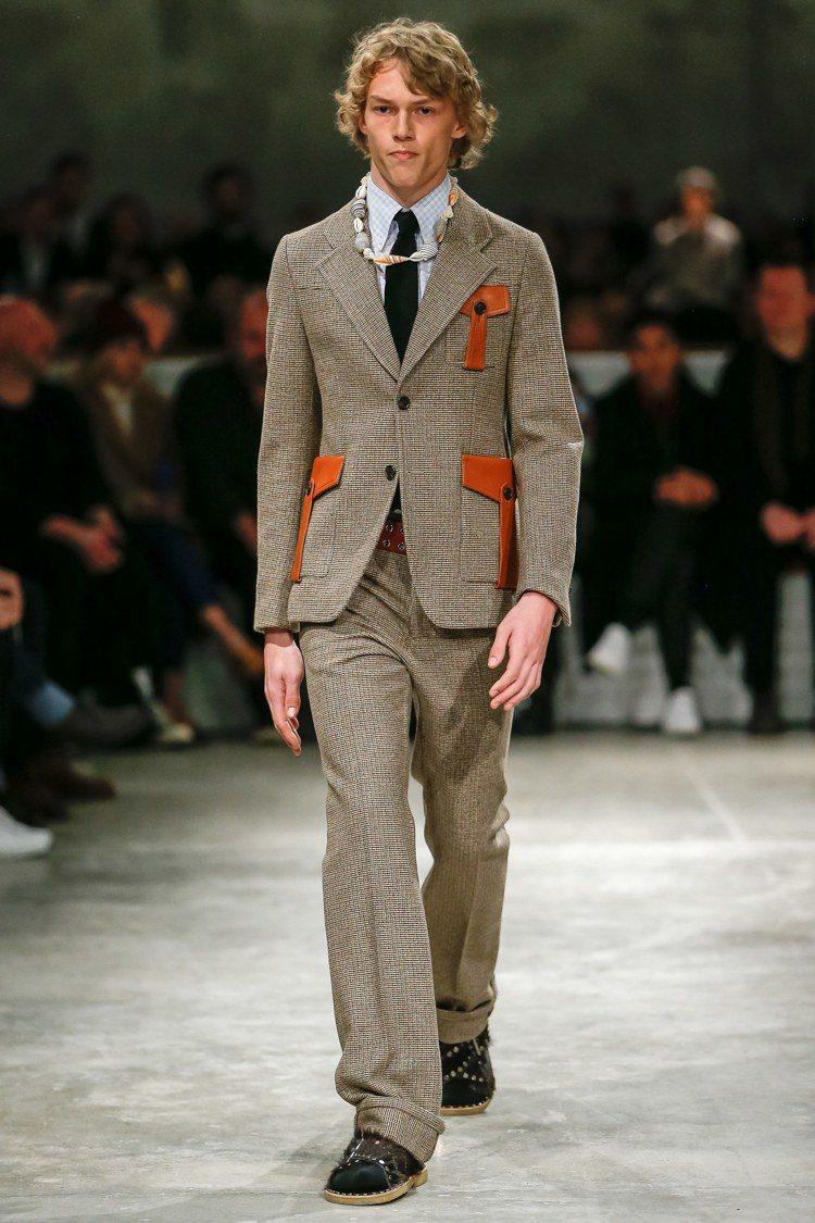 如果西裝本身穿得比較時髦,可以嘗試搭配細節很多的腕表。圖/Prada提供