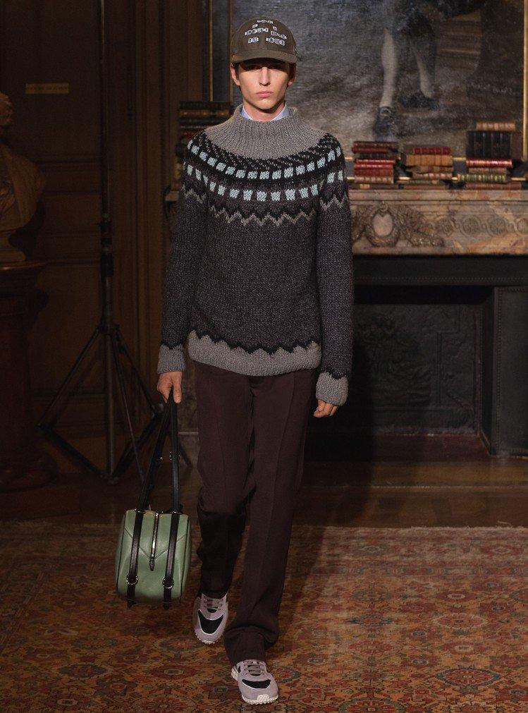 冬天必備的厚毛衣較為休閒,可搭配有份量的休閒表款。圖/Valentino提供