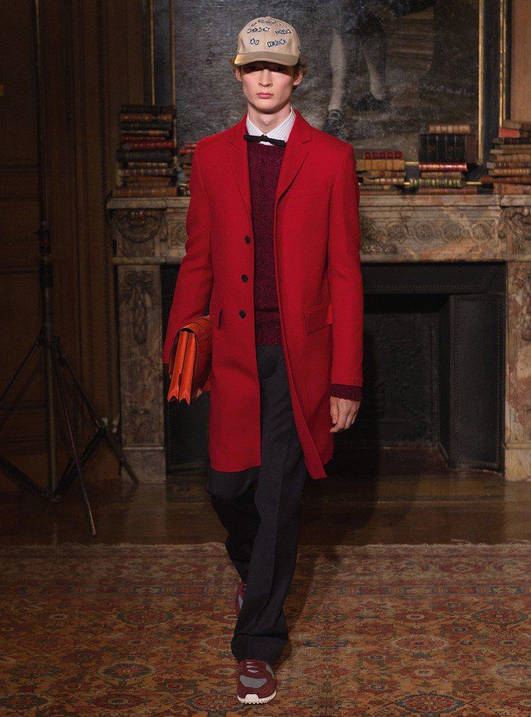 鮮豔的紅色今年很流行,適合搭配通透感的腕表。圖/Valentino提供