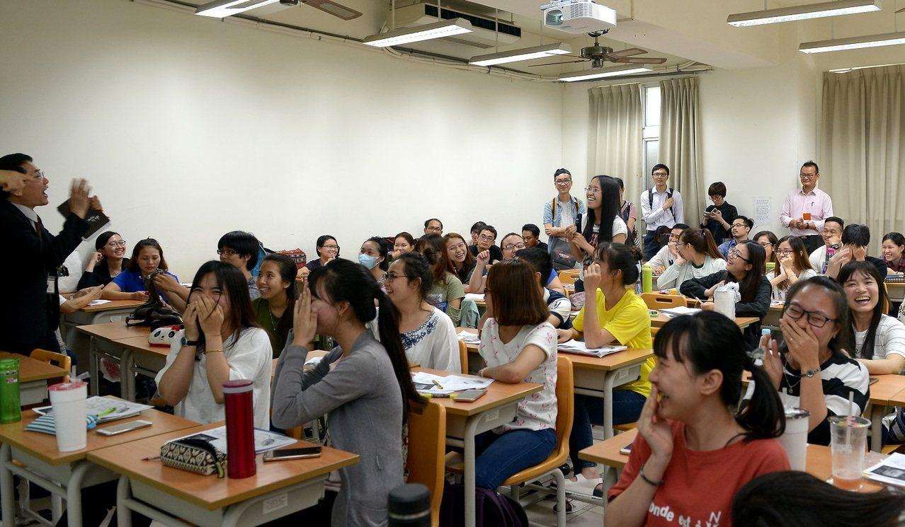 美和科技大學深耕越南境外專班多年,教育部特別帶越南等4國媒體前往參訪,並與越南學...