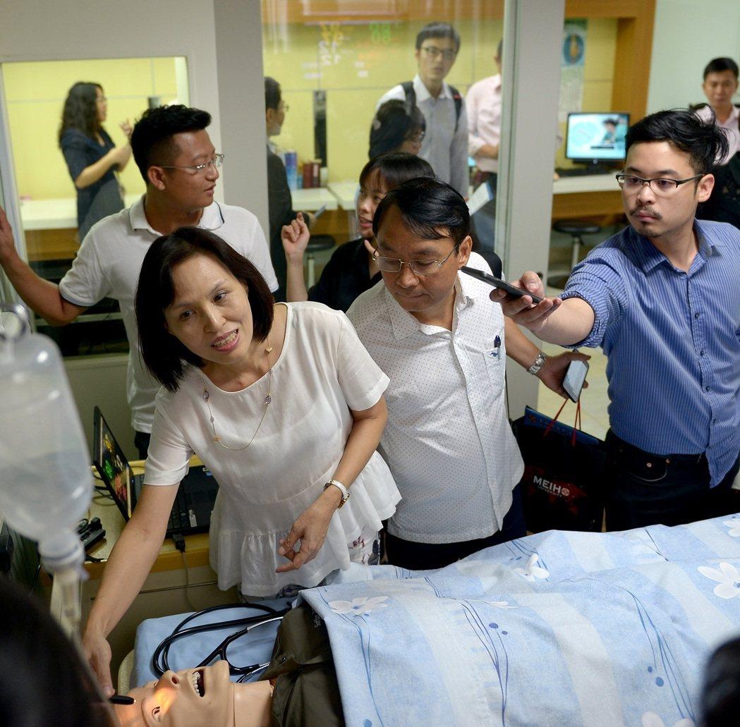 美和科技大學深耕越南境外專班多年,教育部特別帶越南等4國媒體前往參訪,其中護理系...
