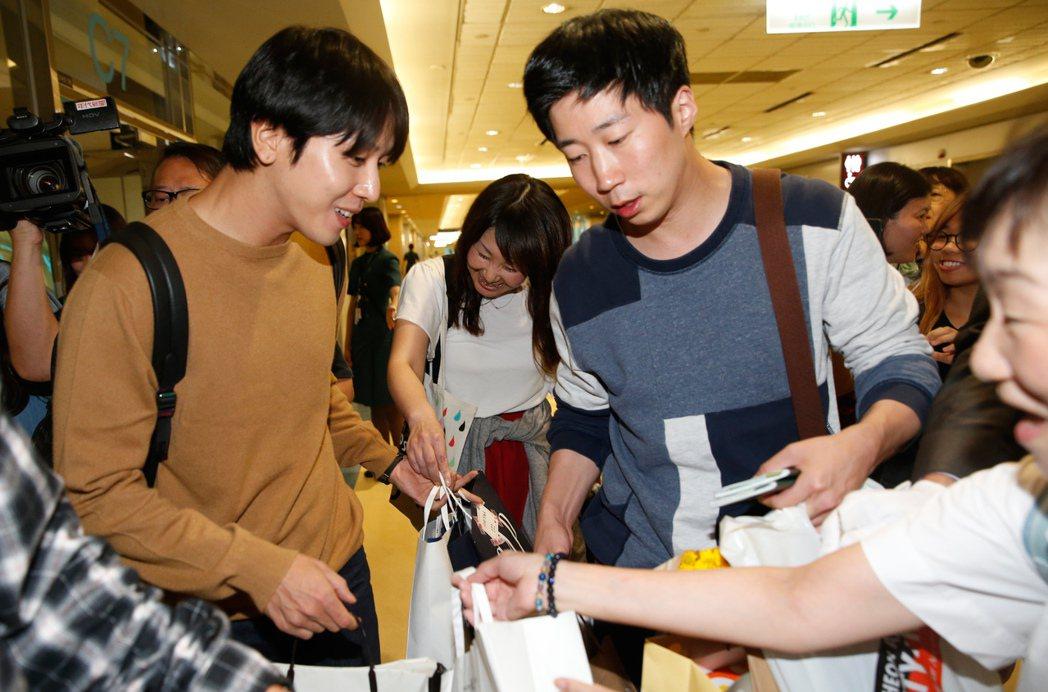 韓團「CNBLUE」隊長鄭容和傍晚搭機抵達桃園機場。記者鄭超文/攝影