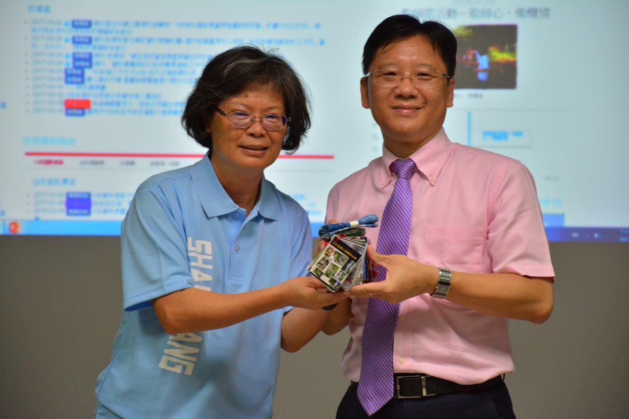 台南市山上國中校長蔡芳梅(左)以學生親手做的橄欖醋及藍染手帕送給上海市台商協會會...