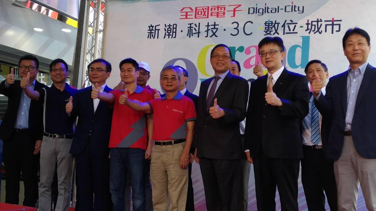 全國電子Digital City台中公益店昨日開幕,由董事長林琦敏(右四)、總經...
