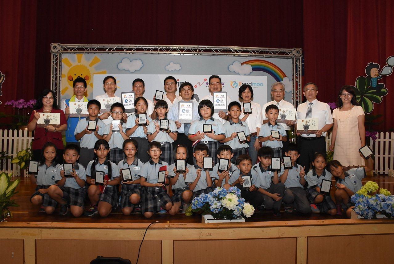 南投縣政府和企業合作提供電子書閱讀器,讓16所學校的學生可透過電子書,隨時享受閱...