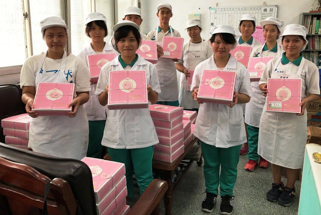 員林農工食品加工科二年級學生自製月餅,今天還為清寒家庭宅配到家。圖/員林農工提供