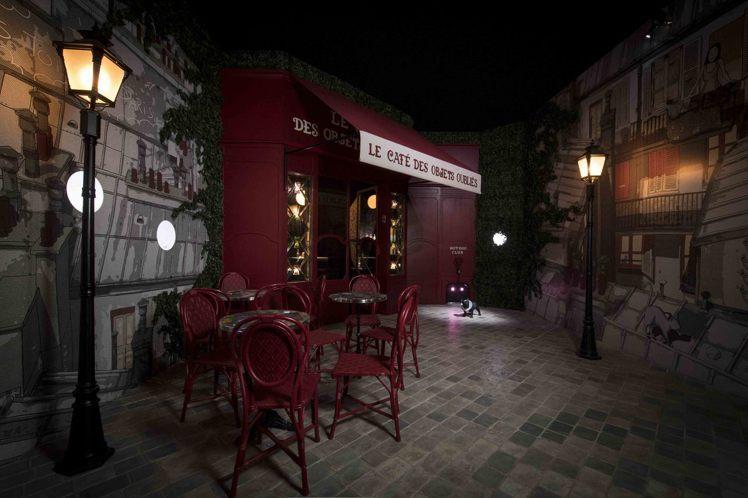 來巴黎喝咖啡,在「忘物咖啡館」中,被主人遺忘的舊物安靜地沐浴在斜射的光線中。