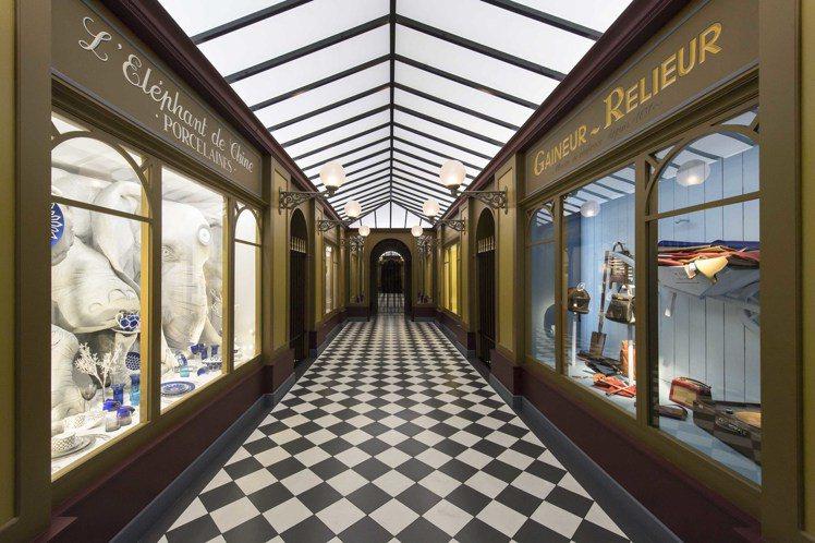 帶頂棚的拱形「走廊」,兩側則是許多出售各種有趣物品的店鋪,是巴黎的建築特色。圖/...