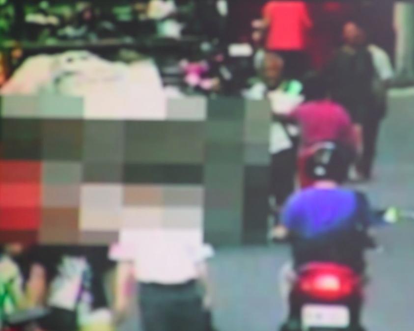 吳姓夫妻走在路上遭兄長開車撞擊。記者蕭雅娟/翻攝
