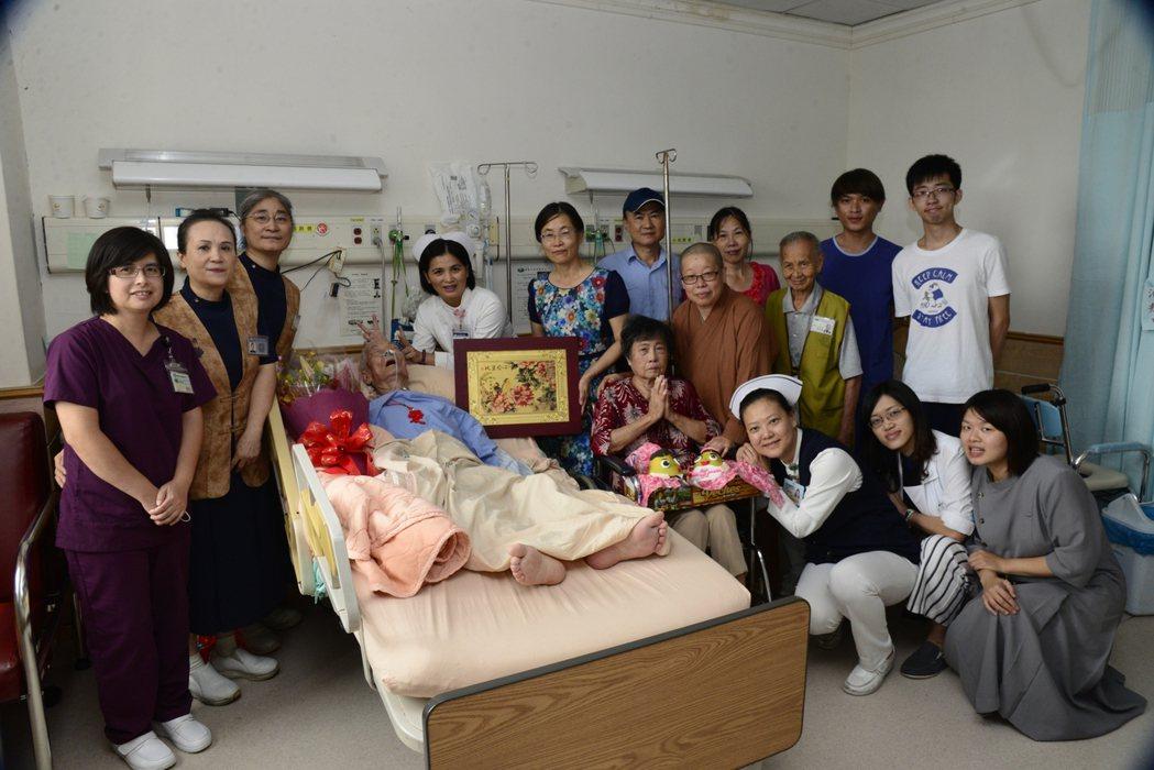 嘉義大林慈濟醫院癌症患者蔡阿公,今天上午在安寧病房慶祝90歲生日,他捐贈大體善心...
