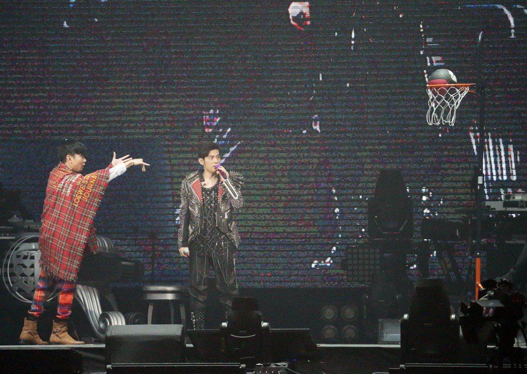 林俊傑(左)擔任周杰倫台北演唱會第2場嘉賓。記者陳瑞源/攝影