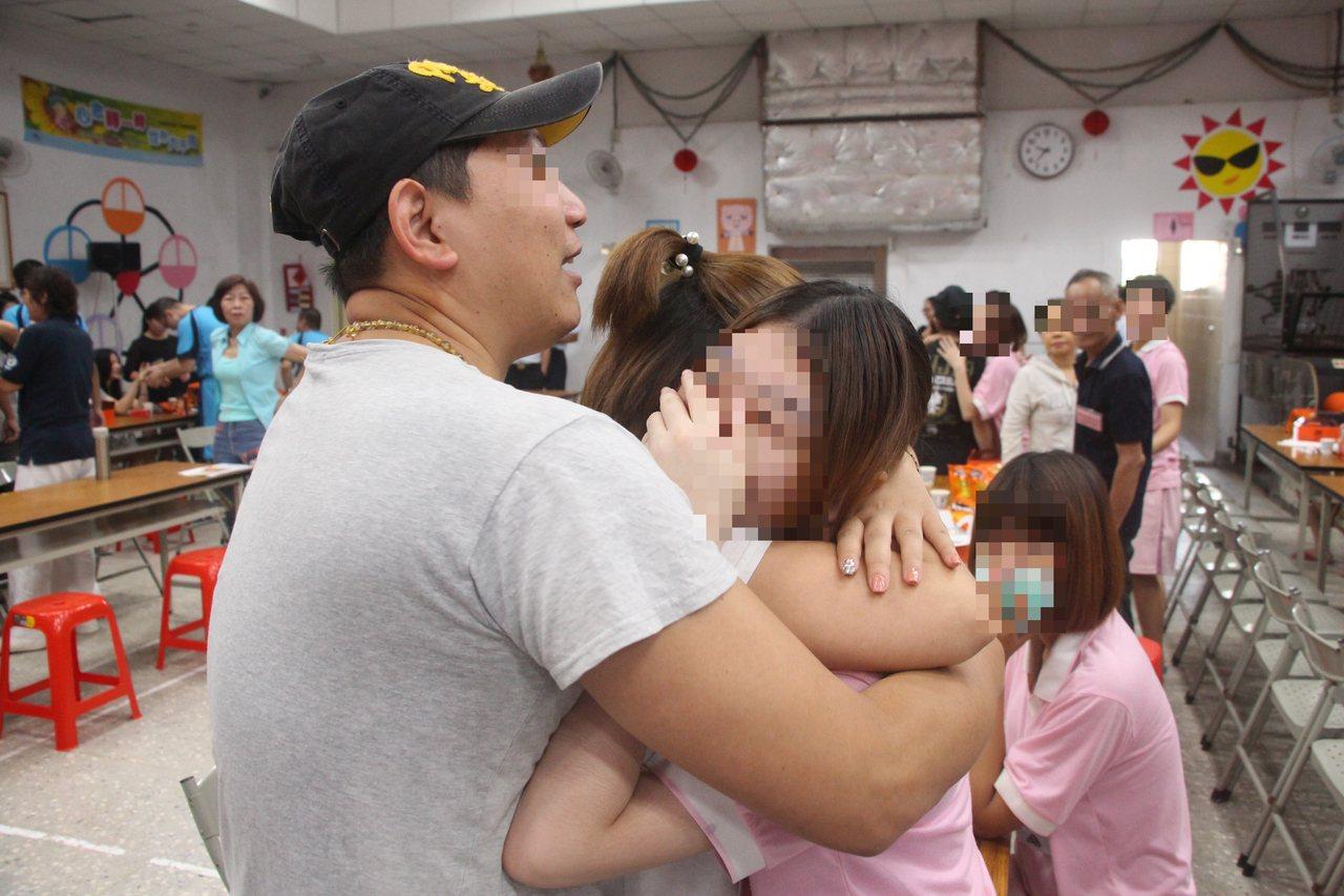 收容少女與父母相擁而泣。圖/少觀所提供