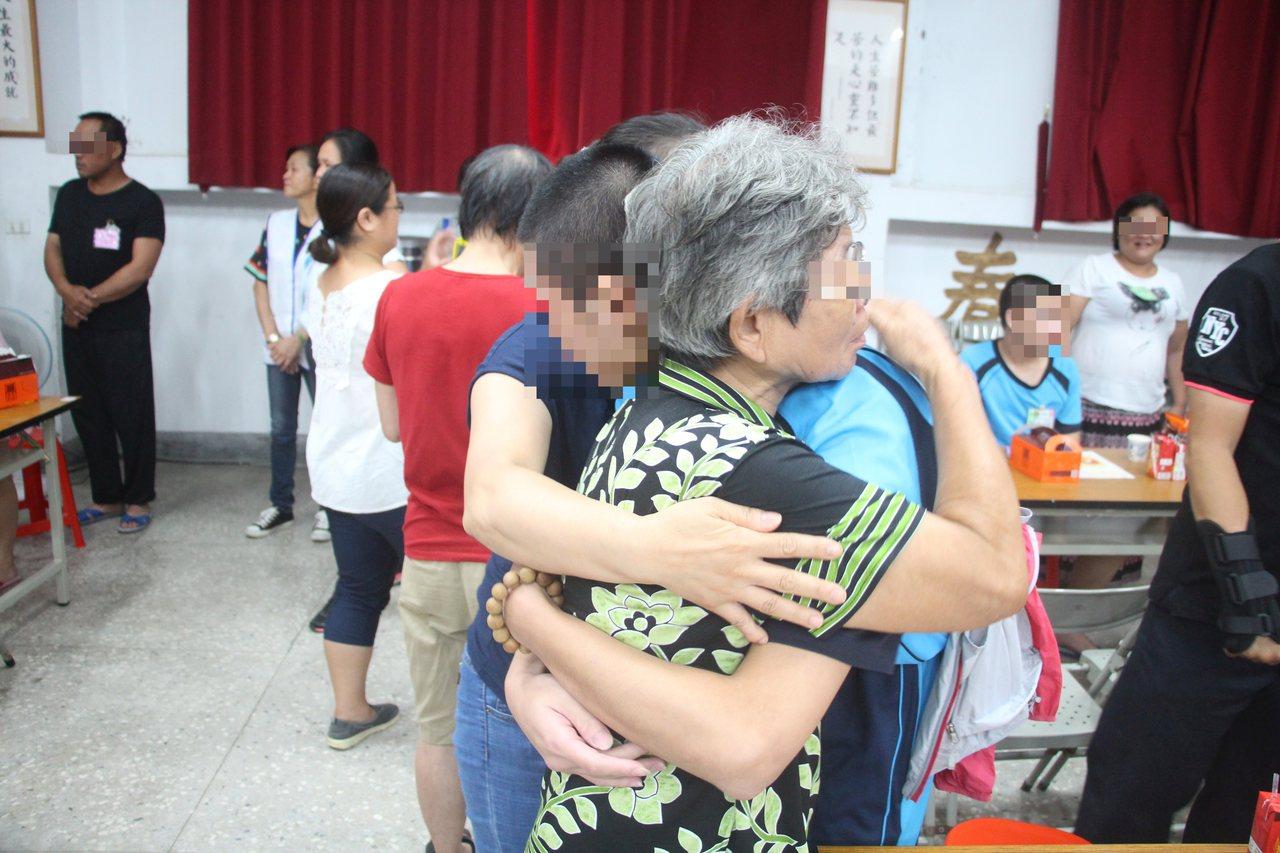 收容少年與母親、阿嬤相擁而泣。圖/少觀所提供