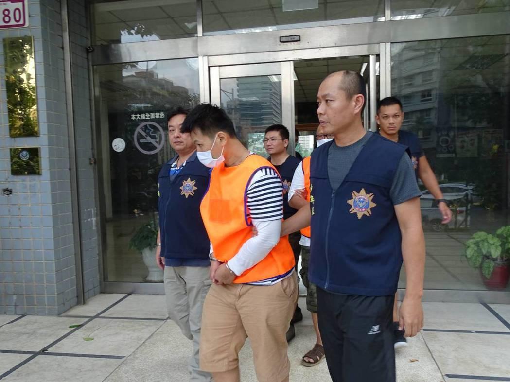 鄒姓男子曾在台北市犯下銀樓搶案,出獄後以販毒為生,警方逮捕鄒等3名販毒集團成員與...