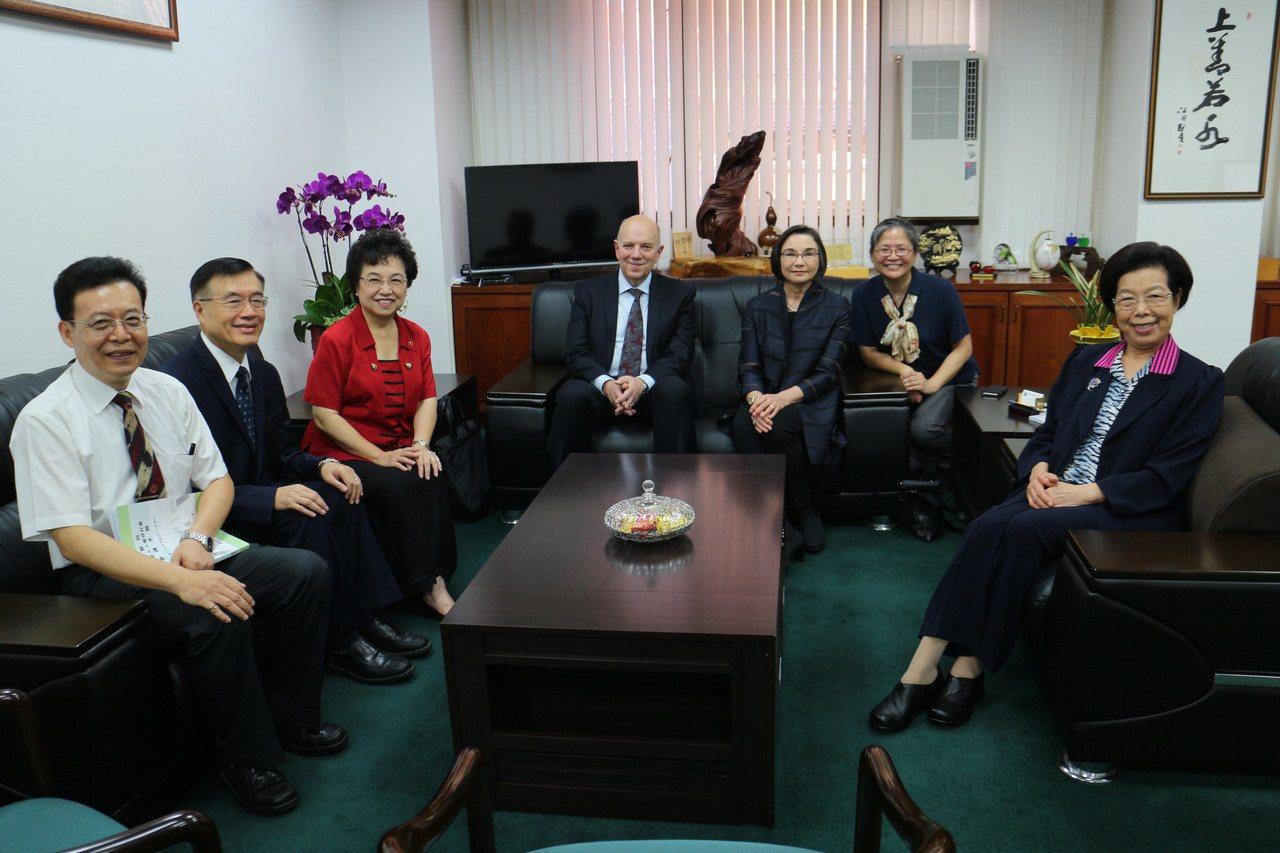 國際失智症協會主席凱特(右三)與先生彼得(左四)參與監察院舉辦的老人人權研討會。...