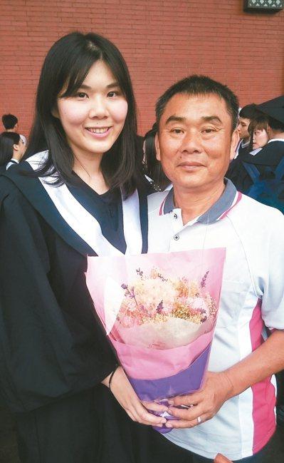 高考人事行政錄取者王韻綾(左),在爸爸(右)建議下,大三開始準備公職,靠著「開心...