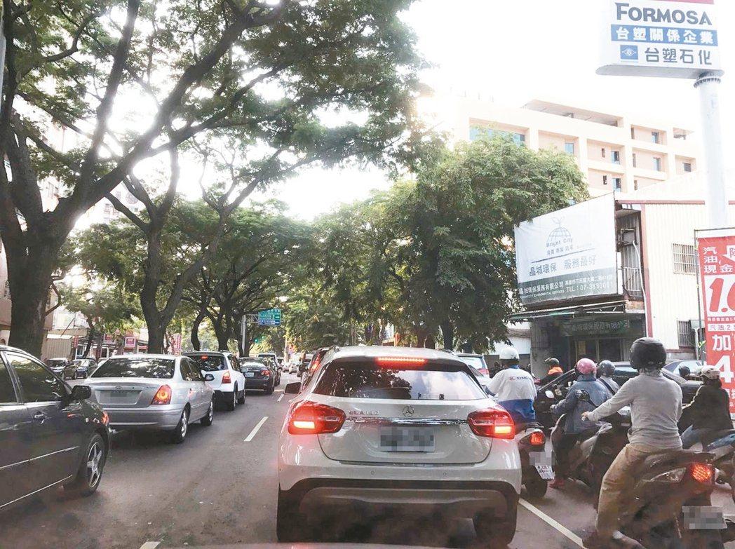 高市議員陳玫娟擔心尖鋒時間車流量大的大順路段,一旦輕軌行經,汽機車更壅塞。 圖/...