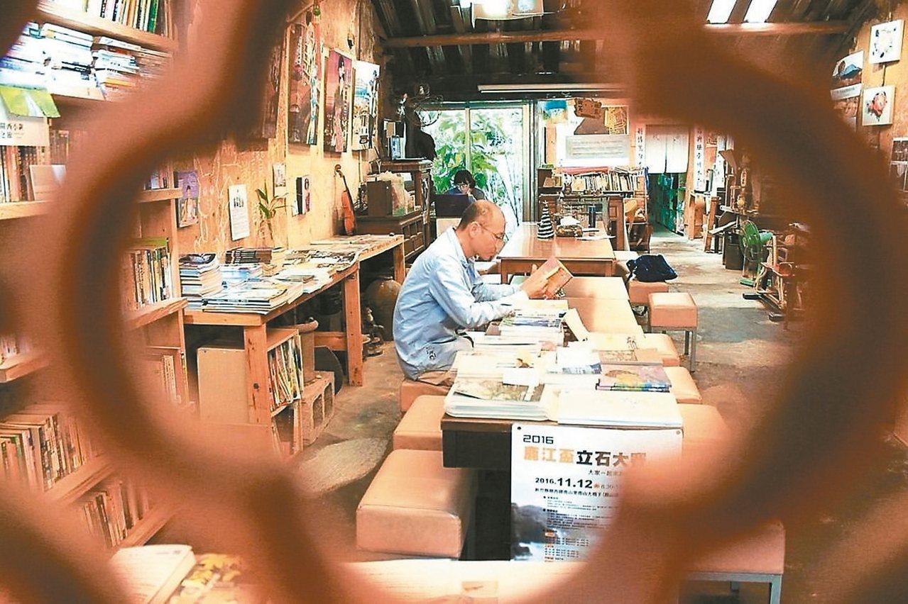 新竹關西石店子69有機書店,店長盧文鈞用「換書」編織閱讀夢。 記者郭政芬/攝影