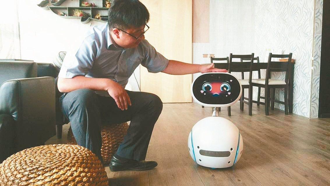 熊與喵咖啡的小機器人是迎賓大使。 記者羅建旺╱攝影