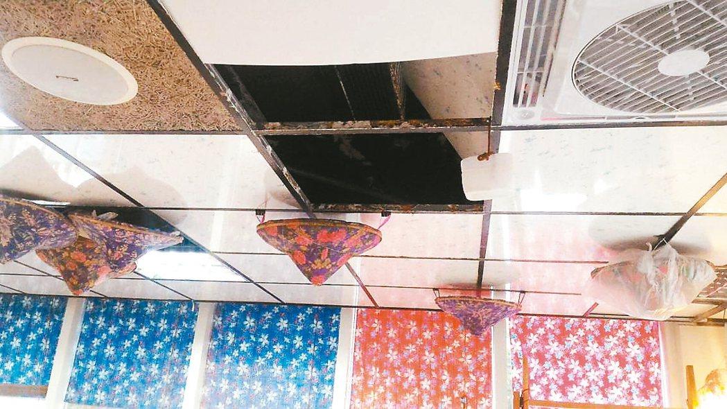 天花板上的客家花布斗笠並非裝飾品,而是接漏水工具。 圖/議員黃向羣提供