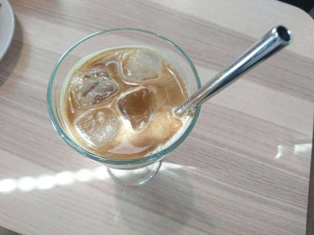 熊與喵咖啡使用不鏽鋼吸管,很環保。 記者羅建旺/攝影