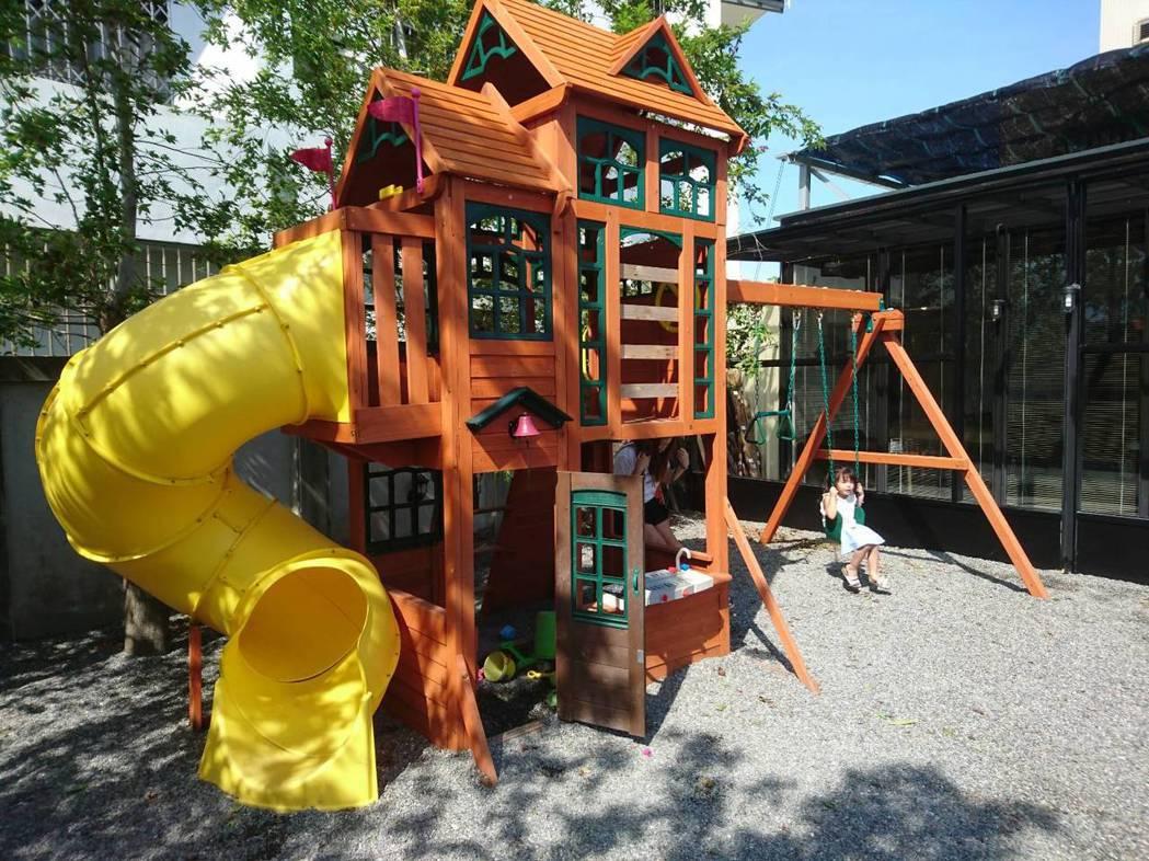 熊與喵咖啡前院還有親子遊戲空間。 記者羅建旺/攝影