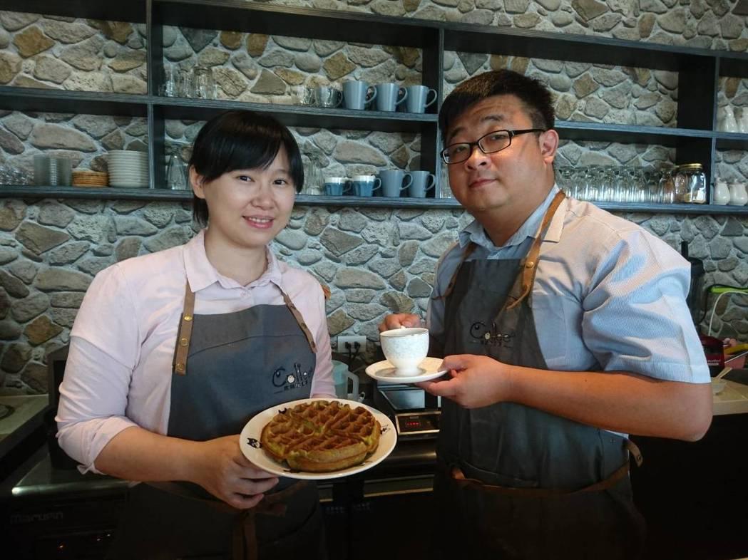 熊與喵咖啡的創辦人蘇宏明(右)、蕭艾吟。 記者羅建旺/攝影