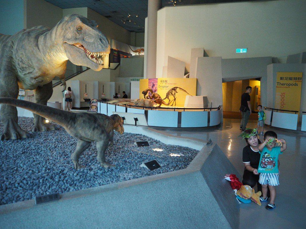 住在台中市大安區的李庭佑(右一)今年3歲,是科博館第9000萬名觀眾,他最愛恐龍...