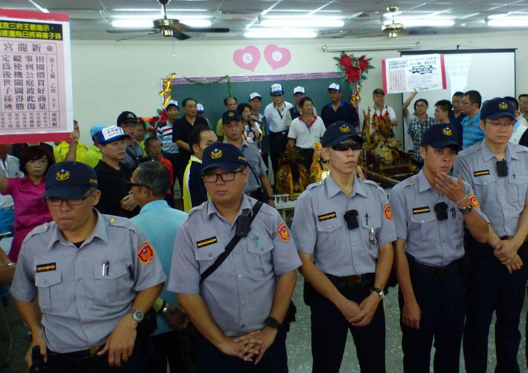 警方動員百名警力維持說明會秩序。 記者趙容萱/攝影
