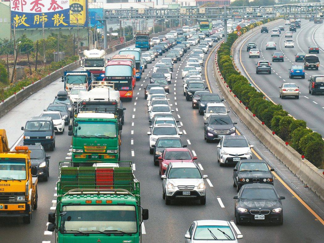 國慶日連續假期即將到來,民眾出遊不想塞在高速公路上,可試試高公局的國道旅行時間預...