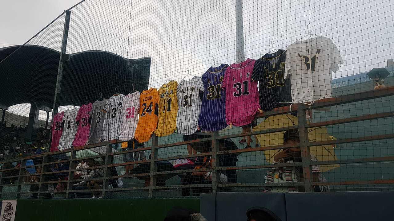 球迷再場外掛起林威助各個時期的球衣。 截圖自中華職棒官方粉絲團