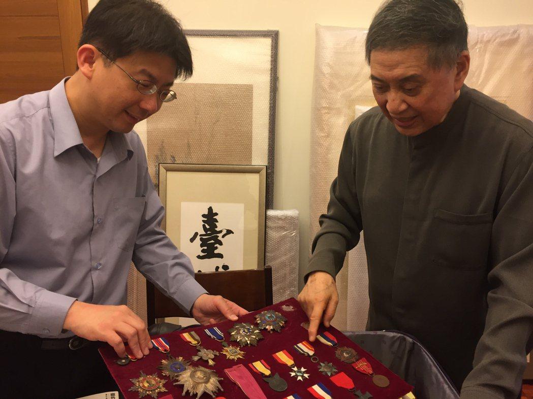 胡佛檔案館東亞館藏部主任林孝庭(左),2017年5月在台北與白先勇(右)共同檢視...