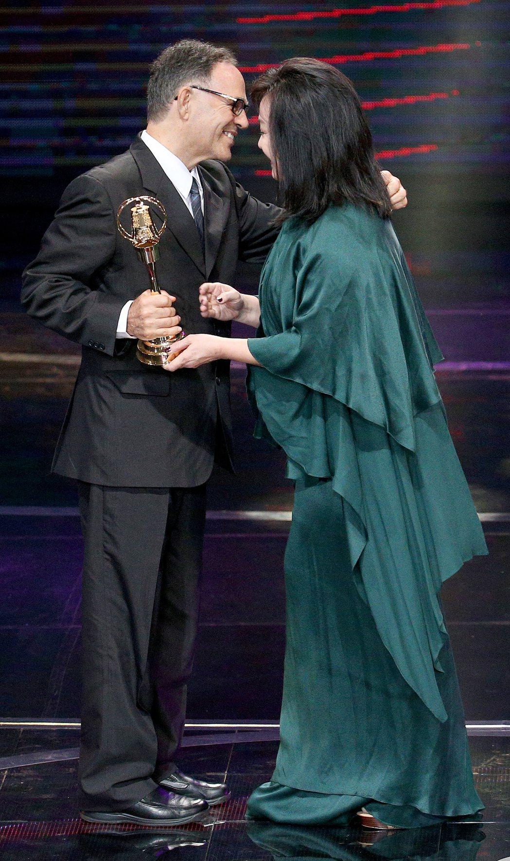 第52屆金鐘獎頒獎典禮在國父紀念館舉行,已故的丁松筠神父獲特殊貢獻獎,由弟弟(左...
