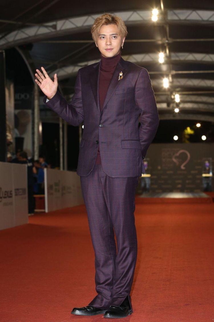 羅志祥穿Versace紫色格紋西裝,展現出帶點魅惑質感的男性時尚。圖/記者陳立凱...