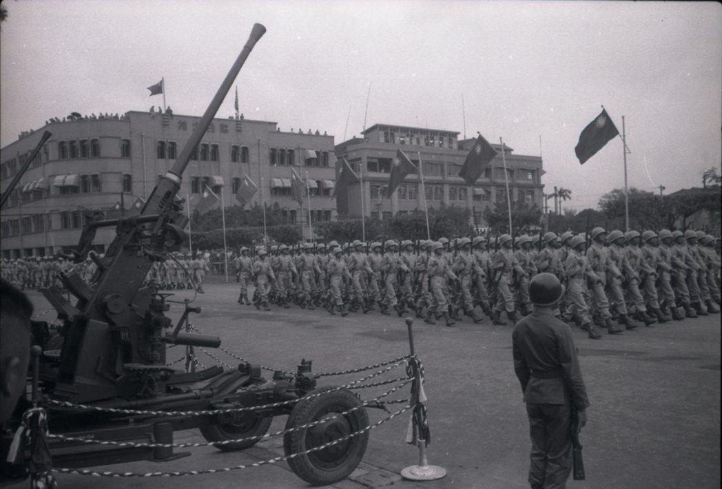民國43年閱兵,現場還有高射砲放列,以防共機偷襲。 圖/報系資料照片