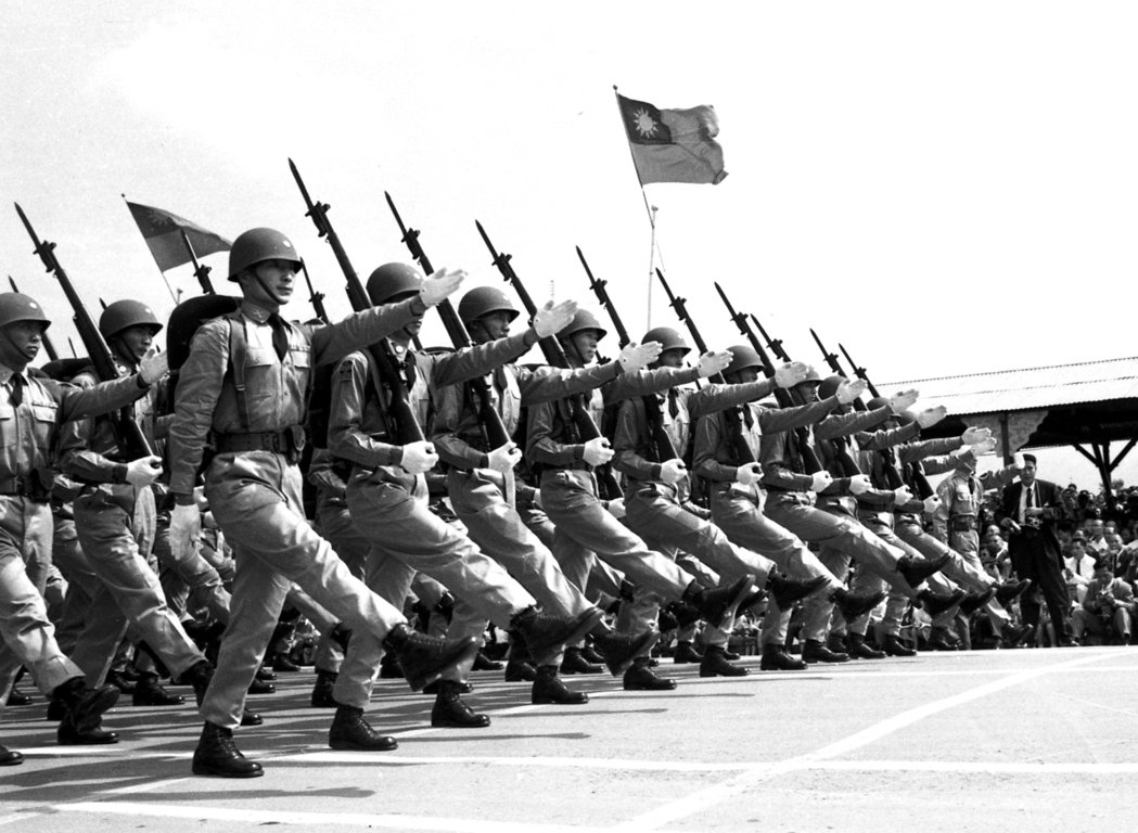 49年國慶閱兵,接受美援新式編制、裝備的陸軍「前瞻師」參加校閱。 圖/報系資料照...