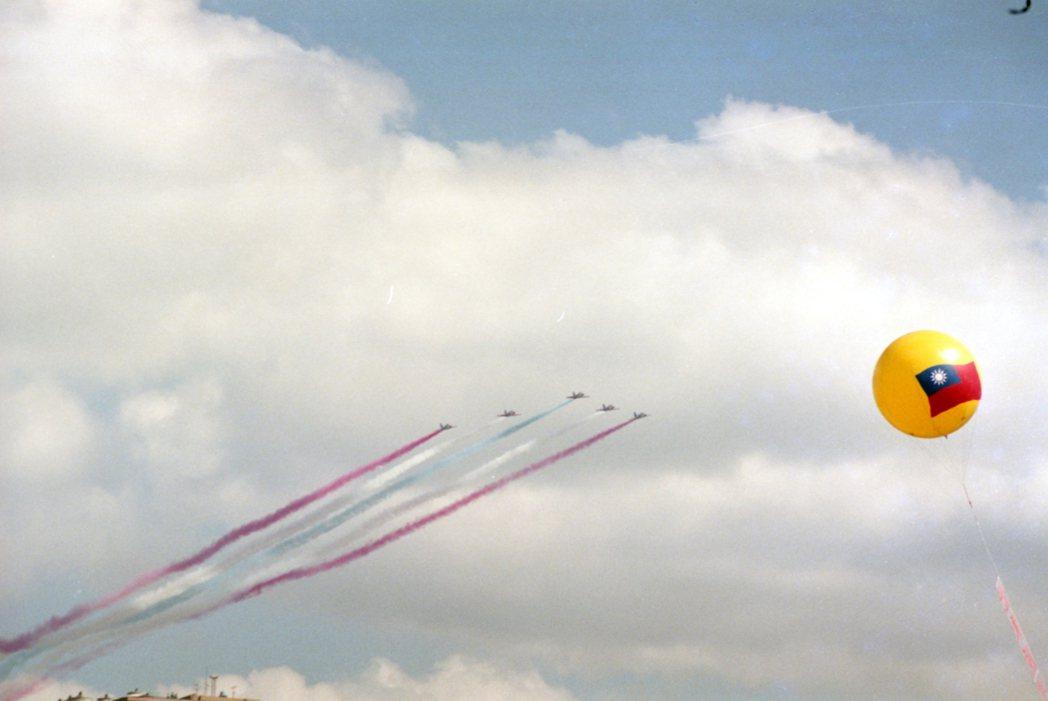 82年國慶大會10日於總統府前廣場舉行。圖為空中分列式。 圖/報系資料照片