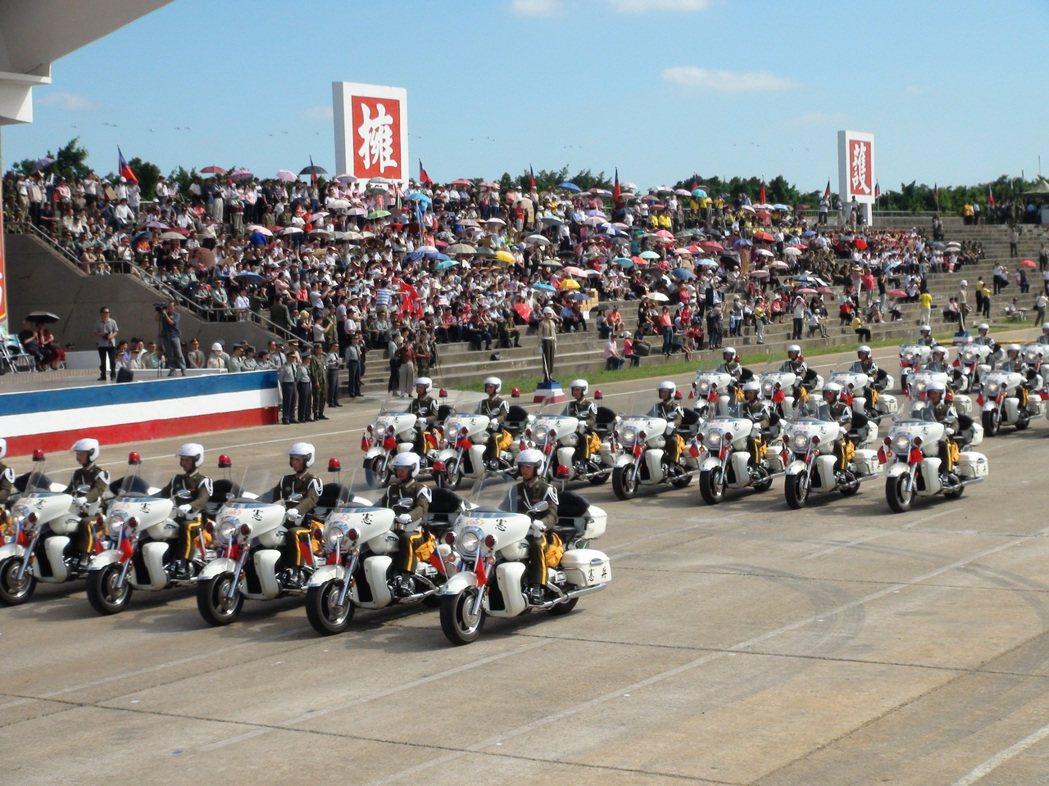 民國104年漢光31號演習「加碼」在湖口營區舉行國防展演,憲兵機車連揭開序幕。 ...