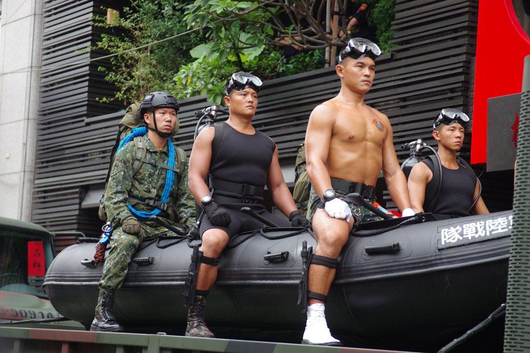 去年國慶戰力展示,一切強調救災,因此可以出動橡皮艇,但蛙人卻不持槍。 記者程嘉文...