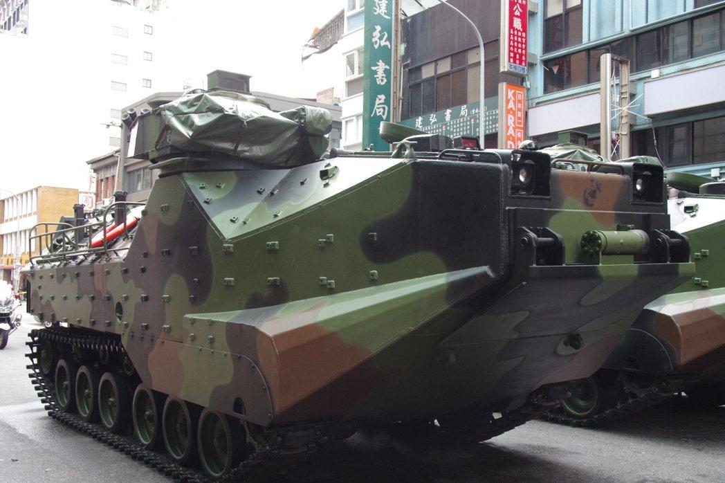 去年國慶參加戰力展示的陸戰隊AAV-7兩棲突擊車,為了強調救災,刻意把車上槍砲拆...