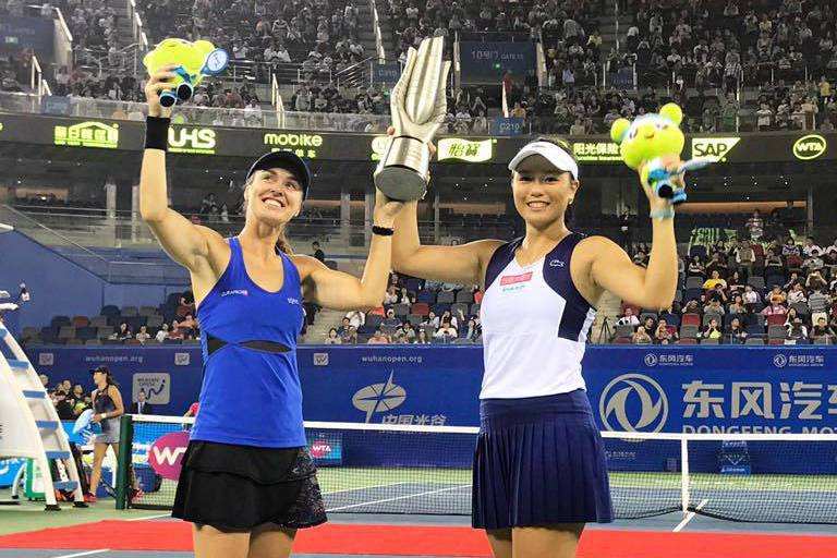 詹詠然(右)與辛吉絲合作贏得武漢網球賽女雙冠軍。 擷圖自詹詠然臉書