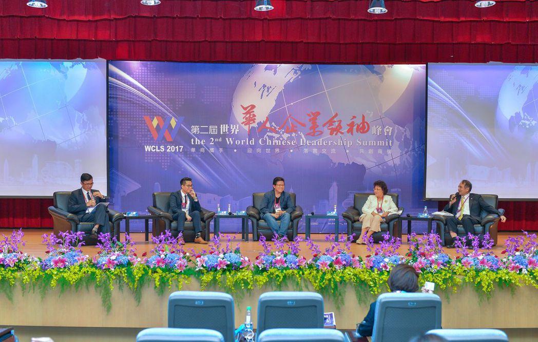 「創造華人新世紀的論壇」引言人魏昇煌先生(右一)、馬來西亞馬華婦女組全國副主席拿...