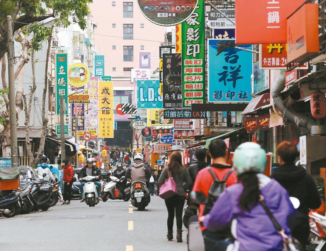 台南東區成大商圈,商店林立,非常熱鬧。 記者劉學聖/攝影