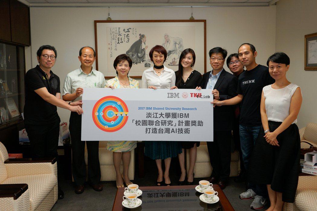 IBM大中華區副總裁、首席行銷官周憶(左四)在淡江大學進行專題演講前拜訪校長張家...