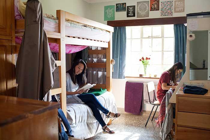 共住小小的宿舍房間,不一定是最有趣的經驗。而且在一些大學,住宿舍也非最經濟的選擇...