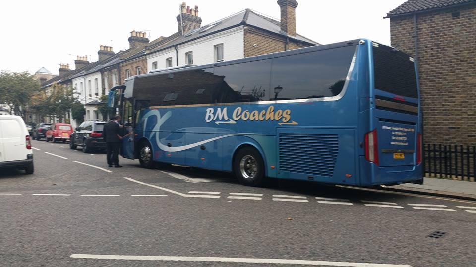 承包這個中國遊客團的遊覽車公司「BM Coaches」事後也表示道歉。(取材自臉...