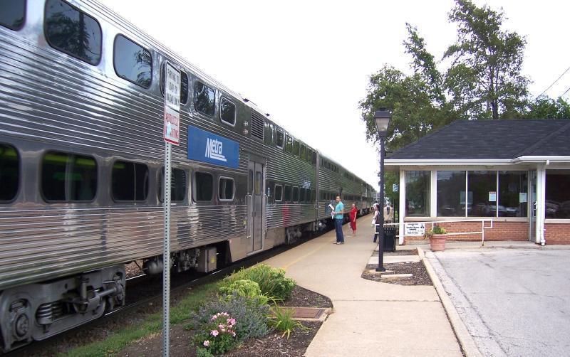 即時@芝城西郊克稜登山丘市的火車站,28日早上發生一名華女闖平交道遭撞死的意外。...