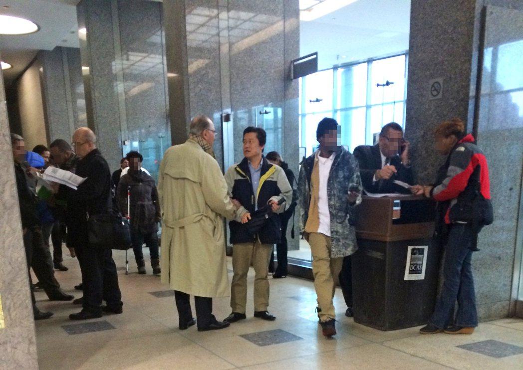 前韓裔巡官羅伯特‧宋(中間穿深色夾克者)在法院與律師交談。(本報檔案照)