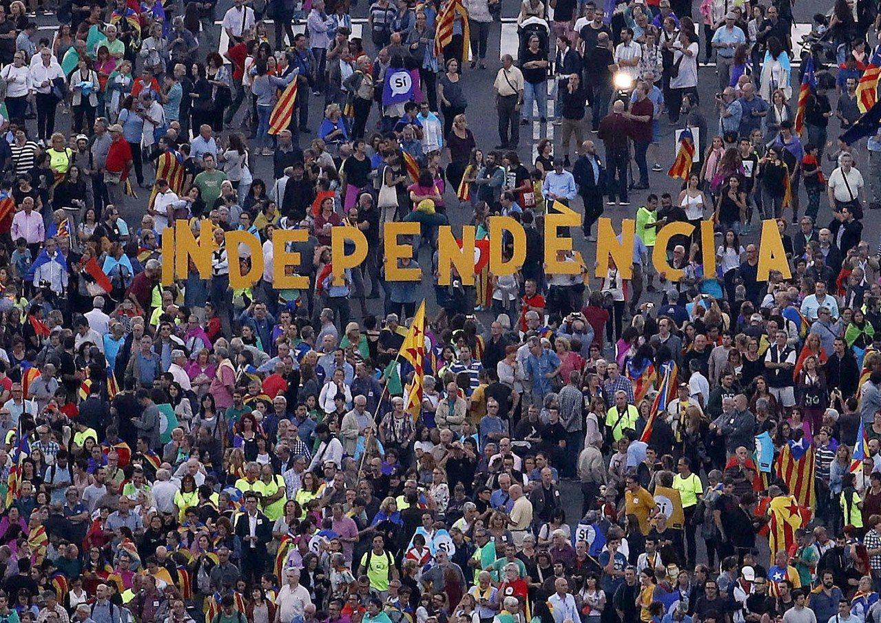 民眾拼出「獨立」字眼,支持加泰隆尼亞辦公投。(歐新社)